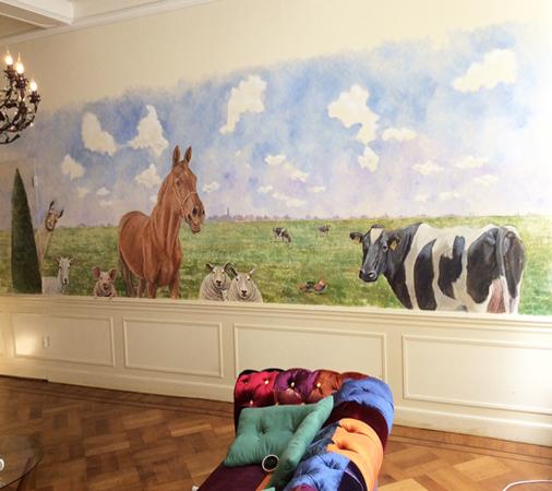 Een muurschildering met verschillende dieren en een heldere lucht geschilderd met wolken