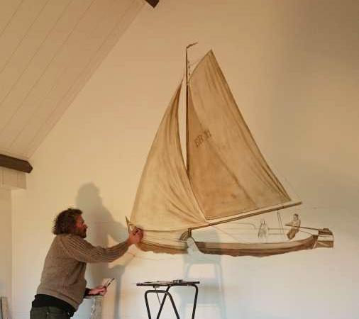 Govert die een zeilboot aan het schilderen is op een muur