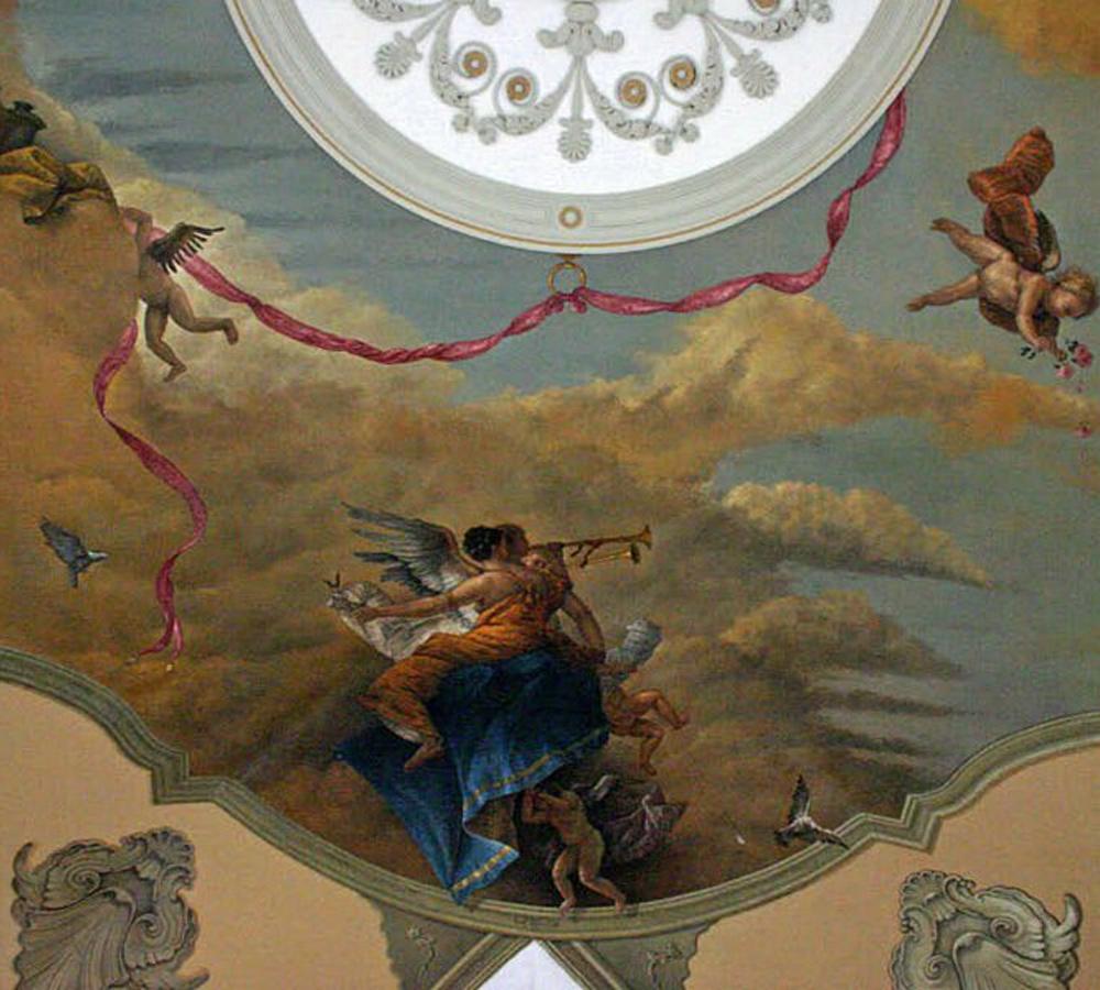 Je ziet hier een plafondschildering met vliegende engelen